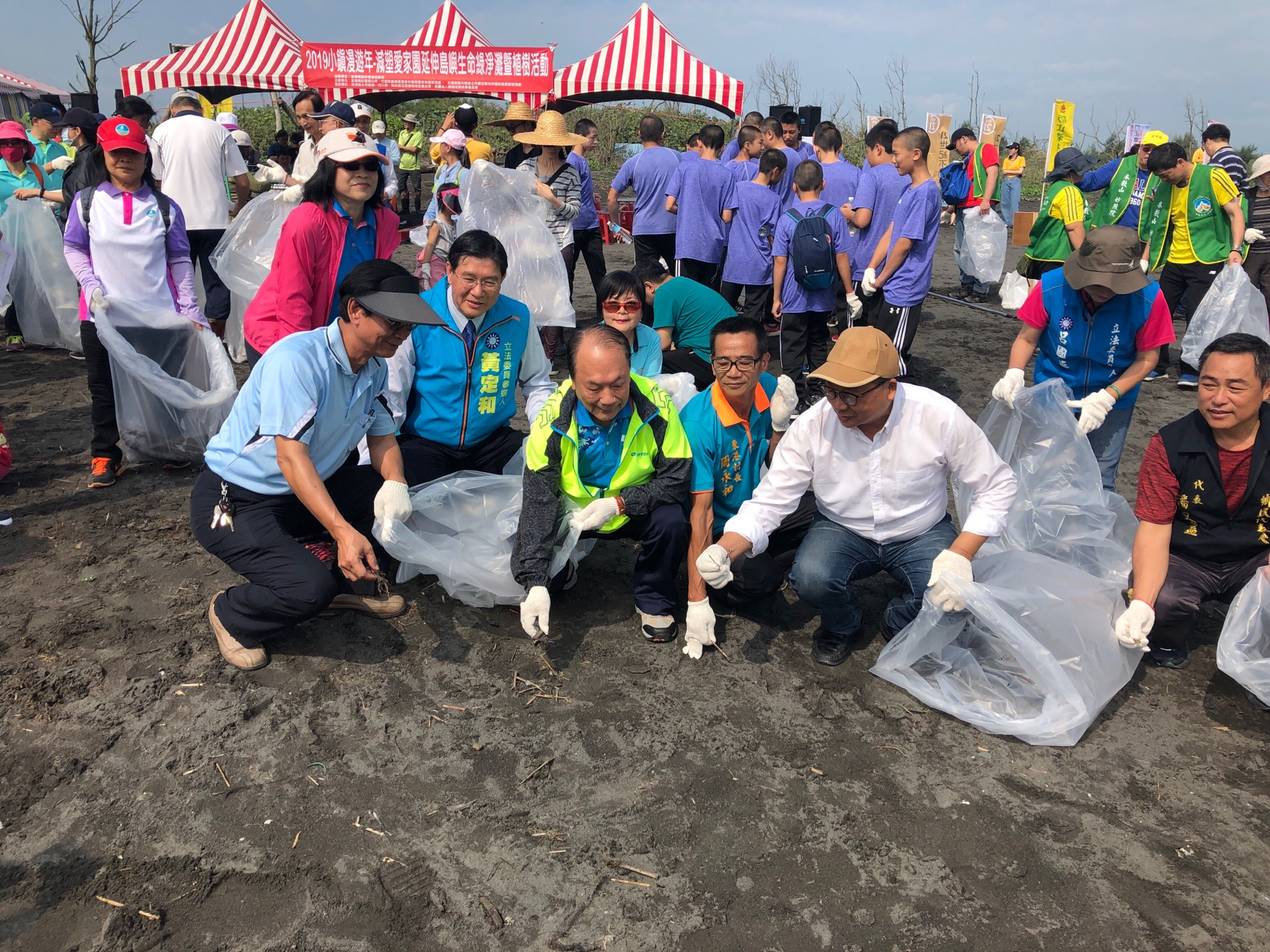 Celebrating the year of small-town tourism, Administration holds beach-cleaning and natural-dye events